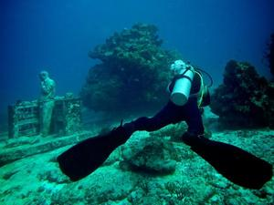 Co 500 figur przedstawiających ludzi robi na dnie morza?
