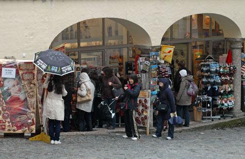 Sklepy z pamiątkami w Salzburgu zdominowane są przez postać  Mozarta. Fot.: Jarosław Tondos/TravelFo