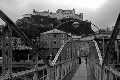 Hohensalzburg widziany od strony mostu na Salzachu. Fot.: Jarosław Tondos/TravelFocus.pl