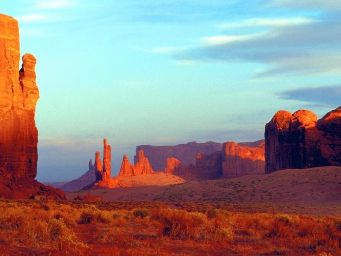 Arizona: Monument Valley. Strzeliste piaskowcowe ostańce znane są z westernów z Johnem Waynem.