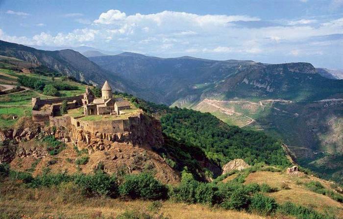 Klasztor w Tatev nad Doliną Vorotan od X wieku był centrum edukacyjnym w Armenii. Został poważnie us