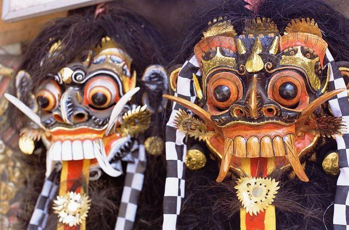 Maski wyobrażające Baronga i Rangdę. W mitologii balijskiej Barong (pół-lew, pół-człowiek) symbolizu