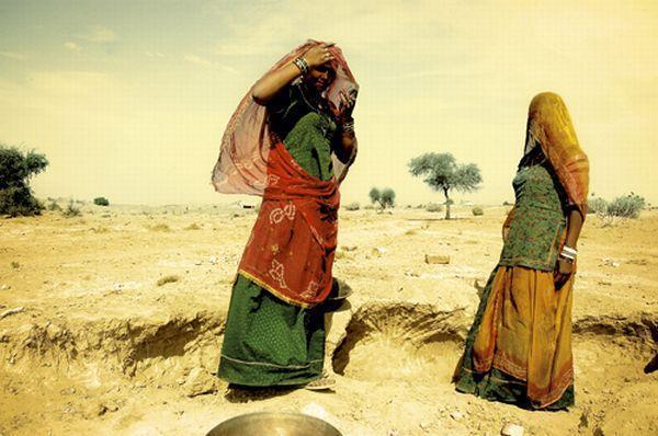 Przy wodopoju spotykam nieśmiałe muzułmańskie dziewczyny, czekam aż jedna z nich odsłoni twarz. Tylk