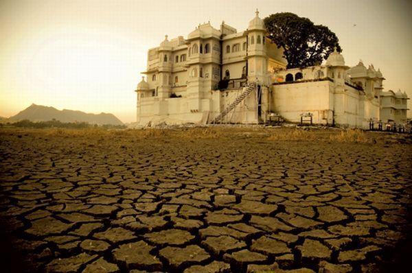 Lake Palace w Udaiupurze. Kiedyś był to pałac na wodzie, nakręcono tu wiele scen jednego z filmów o