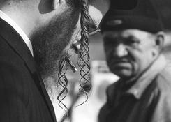 Charakterystyczne czarne chałaty, pejsy i kapelusze.