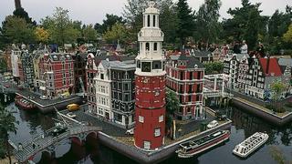 Dzielnice miast nad kanałami zbudowane są z klocków LEGO.