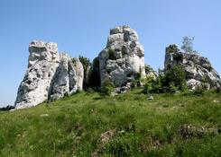 Jurajskie skały. W tym przypadku wieś Łutowiec.