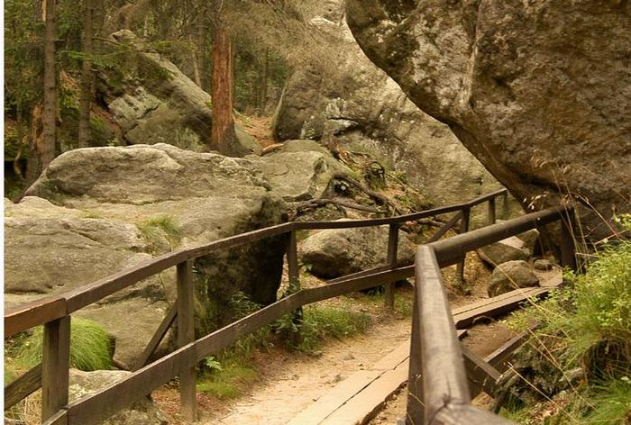 Góry Stołowe: trasa na szczyt Szczelińca prowadzi po drewnianych kładkach i ponad 600 kamiennych schodach