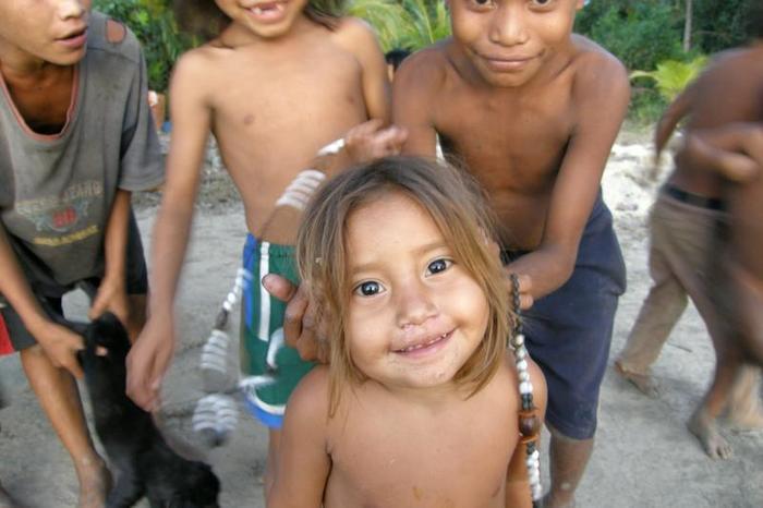 """Mała Indianka, pozuje do zdjęcią z """"pomocą"""" brata."""
