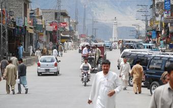 Skardu, główna ulica z widocznym monumentem bohaterów konfliktu pakistańsko-indyjskiego