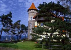 Malowniczy stuletni zameczek pozostał jedynym obiektem hotelowym położonym bezpośrednio przy plaży.