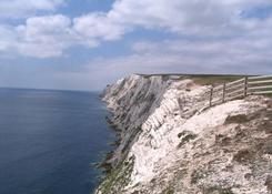 """Białe, kredowe klify Freshwater Bay. W drodze do """"The Needles Old Battery""""."""