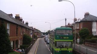 Zielone, piętrowe autobusy - transport lokalny na wyspie