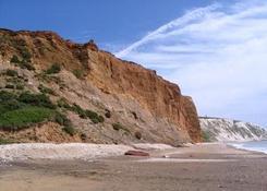 Kolorowe zbocza zatoki Alum Bay. W oddali kredowe klify Freshwater Bay.