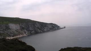 """Widok na Alum Bay i zachodni przylądek wyspy z """"igiełkami"""" (The Needles"""")"""