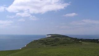 """Rozległe łąki na zachodnim krańcu wyspy. W drodze do byłego fortu przy """"The Needles"""". Z Fr"""