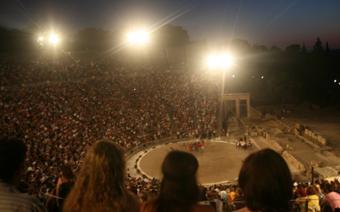 Starożytny teatr w Epidaurus , na scenie aktorzy Greckiego Teatru Narodowego grają Orestesa wg Eur