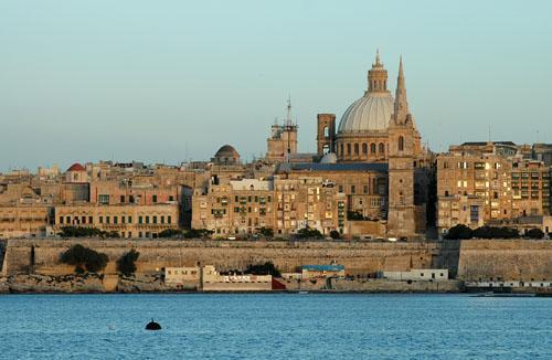 Widok na  katedrę św. Jana  w La Valletta z Zatoki Marsamxett. Fot.: Jarosław Tondos/TravelFocus.pl