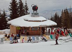 Stoki Hauser Kaibling usiane są restauracjami i barami dla narciarzy. Fot.: Jarosław Tondos/TravelFo