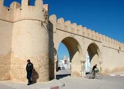 Kairuan to po Mekce, Medynie i Jerozolimie czwarte święte miasto islamu. Stara część ogrodzona jest