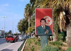 Od 1987 roku prezydentem Tunezji jest Zin al-Abidin ben Ali. Jego czujny wzrok obserwuje mieszkańców
