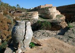 Przy samej granicy z Algierią znajduje się oaza Mides, u podnóża której rozciąga się malowniczy wąwó