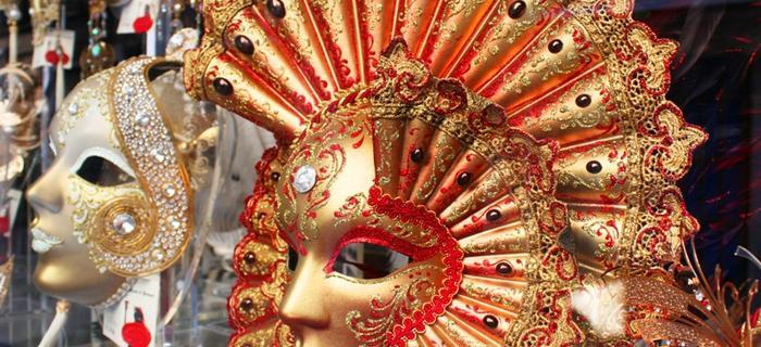 WENECJA - Światową popularność zyskał karnawał wenecki. Istotnym elementem ubioru bawiących się są m