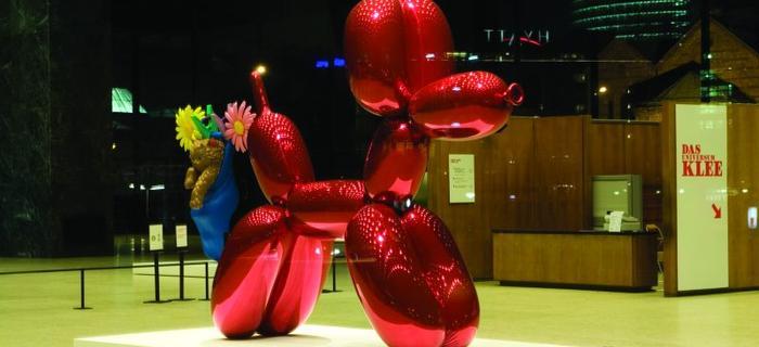 Słynna rzeźba Jeffa Koonsa. Oglądać ją można w holu Neue National Galerie