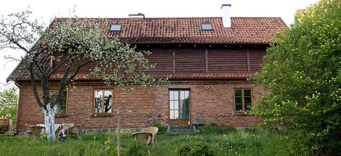 Dom Moniki, która wciąż nie może przeprowadzić się z Warszawy na Warmię. Gdy na stałe osiądzie w Now