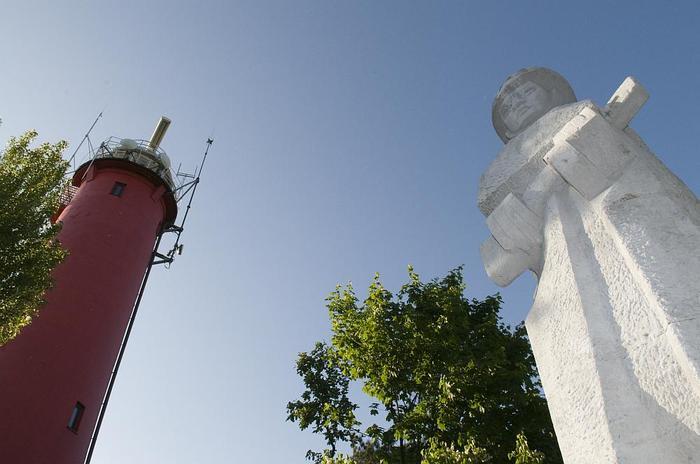Koło latarni morskiej wznosi się pomnik żołnierzy radzieckich. Pamiątka z lat 60. W tym okresie nast