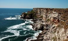 Skaliste wybrzeże przy rezerwacie Jajłata