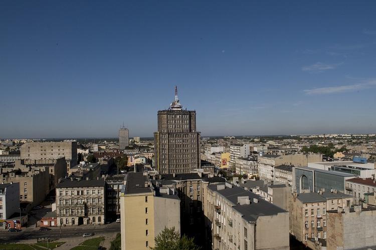 Panorama Łodzi z okien hotelu Centrum. Warto zajrzeć tam, choćby tylko dla widoków. Można tu także p