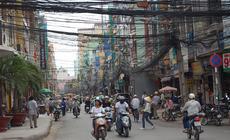 Sajgon cierpi na brak przestrzeni. Wszystkiego jest za dużo: ludzi, budynków, motorków, kabli. Skąd
