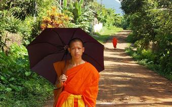 Czarna parasolka, to nieodłączny atrybut mnichów buddyjskich w Laosie