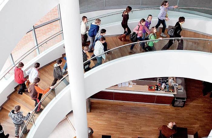Kręte schody Centrum Sztuki Współczesnej prowadzą z kawiarni na wielkie przestrzenie wystawiennicze