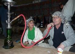 Smakowanie fajki wodnej podczas wieńczącego całodzienne safari wieczoru rozrywki