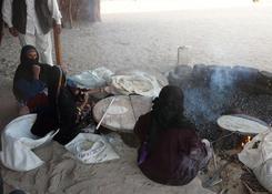Wypiek beduińskiego chleba na pustyni - opał stanowi wysuszone łajno wielbłądzie