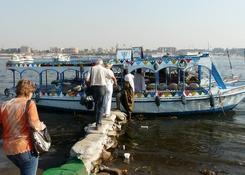 Trap z worków na statek wycieczkowy po Nilu w Luksorze