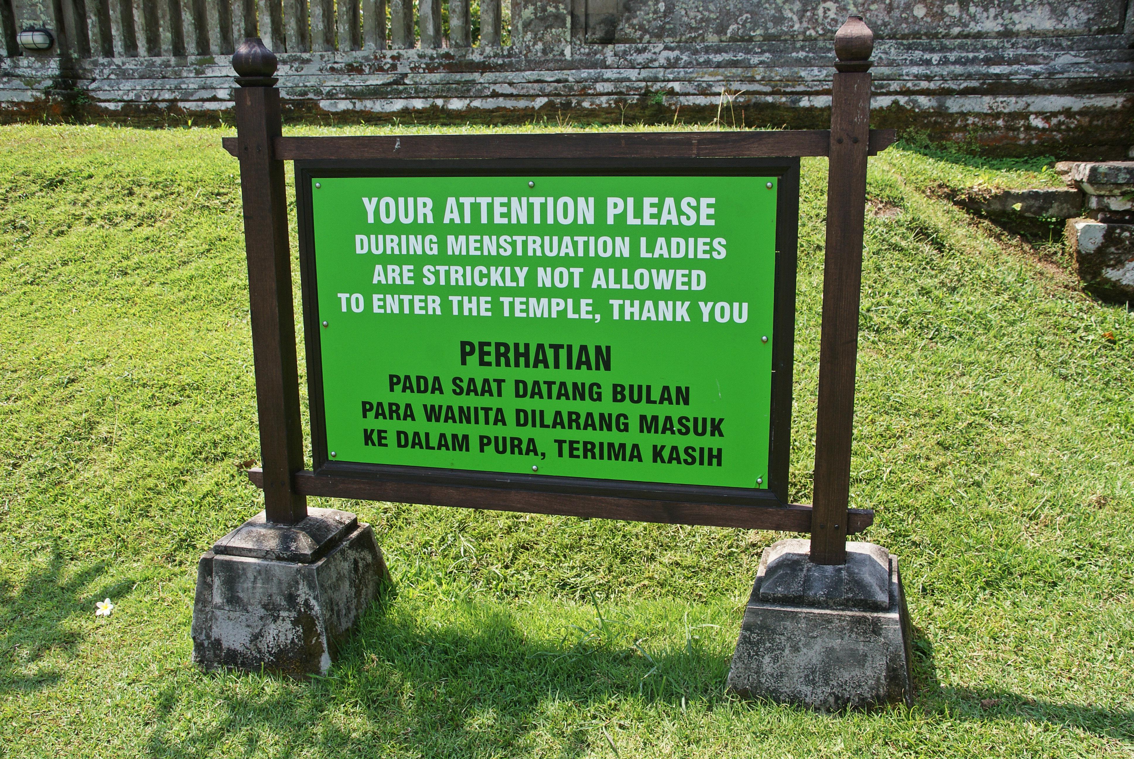 Tablica informacyjna stojąca przed jedną ze świątyń na Bali