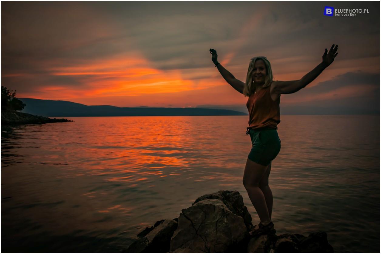 Chorwacja, zachód słońca na wyspie Krk z widokiem na Cres