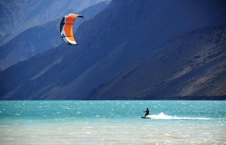 Kitesurfer u wybrzeży Chile