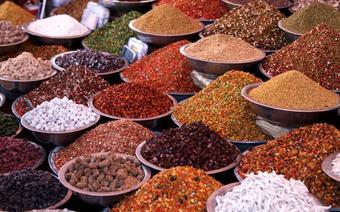 Składniki hinduskiej kuchni sprzedawane na straganach