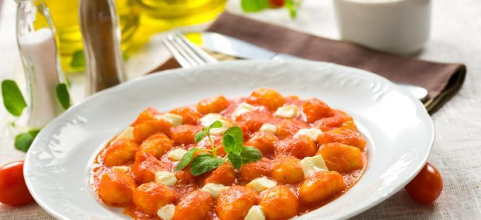 Makaron serowo-ziemniaczany z sosem pomidorowym, mozzarellą i świeżą bazylią