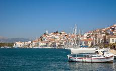Łódki cumują do kei w Poros