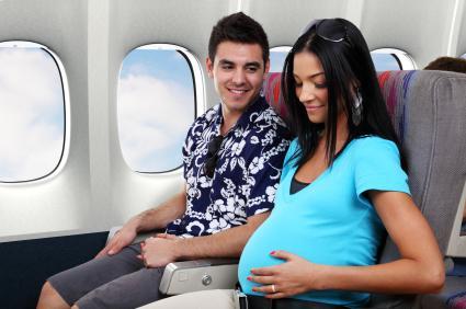 Lot samolotem w czasie ciąży nie musi budzić dyskomfortu