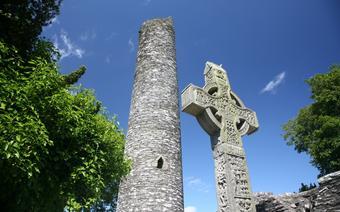 Krzyż Celtycki i ruiny opactwa. Irlandia