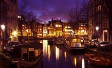 Barki na jednym z kanałów Amsterdamu