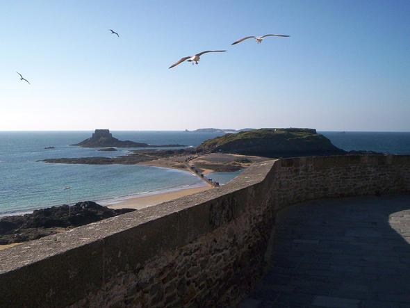 Takie widoki można podziwiać w Saint Malo, w którym znajduje się apartamentowiec Reine Marine