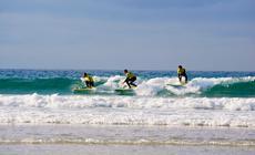 Dave Muir, Dave Shephard i Dominic Hill to zawodowi surferzy