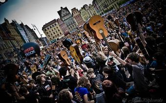 Po współnym wystepie rekordziści tradycyjnie wznoszą instrumenty do góry.